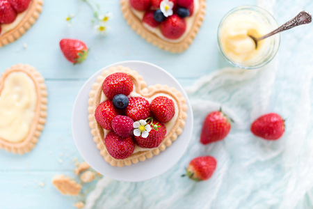 Foto de Heart shaped strawberry cake for Mother's Day or birthday - Imagen libre de derechos