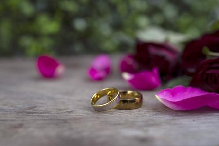 Foto de wedding ring and red rose for concept background and inspiration - Imagen libre de derechos