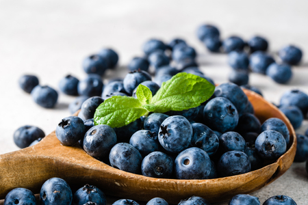 Photo pour Blueberries. Spoon with berries, freshly harvested organic fruit. - image libre de droit
