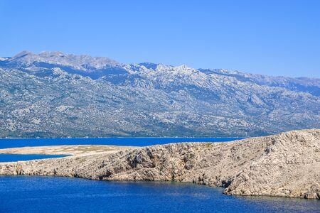 Photo pour Blue lagoon of Adriatic Sea - Kvarner Bay near Pag Island, Dalmatia, Croatia - image libre de droit