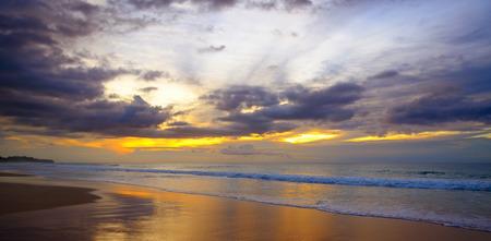 Foto de Fantastic sun set over the ocean - Imagen libre de derechos