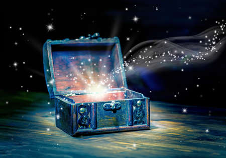 Photo pour concept greeting card of opened chest treasure with mystical miracle light on wooden background, beautiful art design, close up - image libre de droit