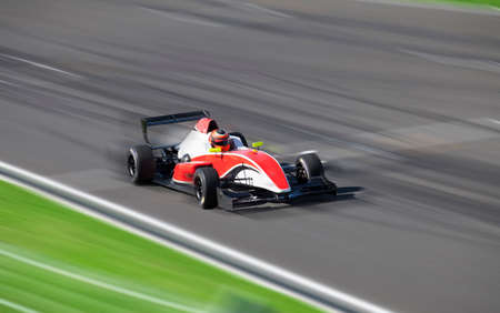 Photo pour Bolide Formula 2.0 driving at high speed with motion blur in circuit - image libre de droit