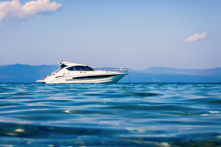 Photo pour Motor boat floating on clear turquoise water - image libre de droit