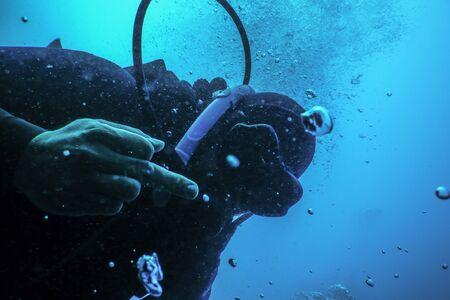 Photo pour Scuba diver flipping off underwater, Middle finger Underwater - image libre de droit