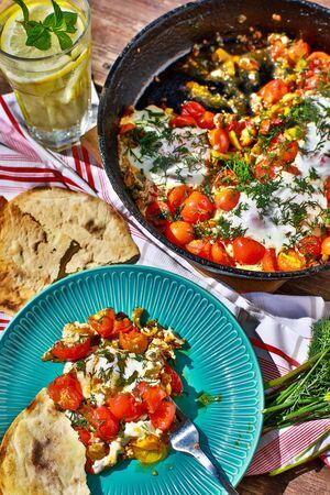 Photo pour fried eggs with vegetables in a pan, vegetarian breakfast - image libre de droit