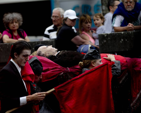 Photo pour AURILLAC, FRANCE-AUGUST 22: spectators look at share of the Aurillac International Street Theater Festival, cie teatro del silencio there august 22 the funeral as Lenin, 2014 in Aurillac, France. - image libre de droit