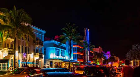 Photo pour Multi-colored hotels and lights on Ocean Drive, Miami Beach, Florida - image libre de droit