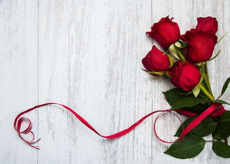Foto de Bouquet of red  roses on a old wooden background - Imagen libre de derechos