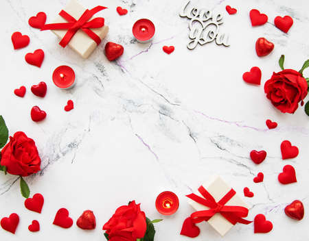 Foto de Valentines day romantic background - decorative hearts and roses on a marble background - Imagen libre de derechos
