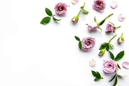Photo pour Framework from roses on white background. Flat lay. - image libre de droit