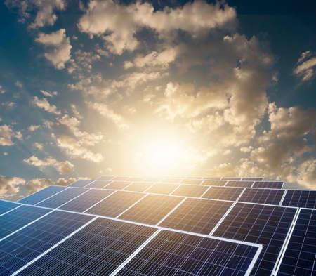 Photo pour Sunset over Solar energy Farm plant. - image libre de droit