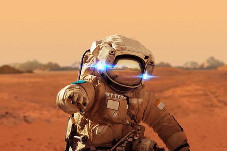 Foto de Spaceman walks on the red planet Mars. Space Mission. Astronaut travel in space - Imagen libre de derechos