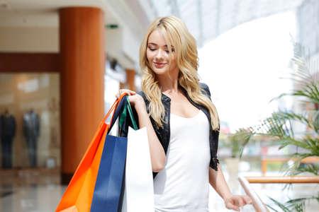 Photo pour Fashion shopping woman walking with bags in shopping mall - image libre de droit