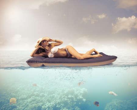 Photo pour Girl relaxing in a tropical sea - image libre de droit
