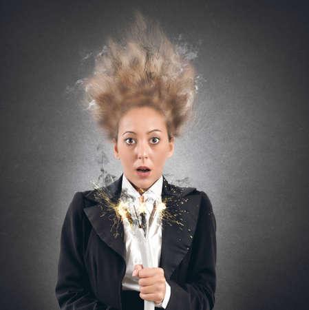 Photo pour Businesswoman takes the shock with a cable - image libre de droit