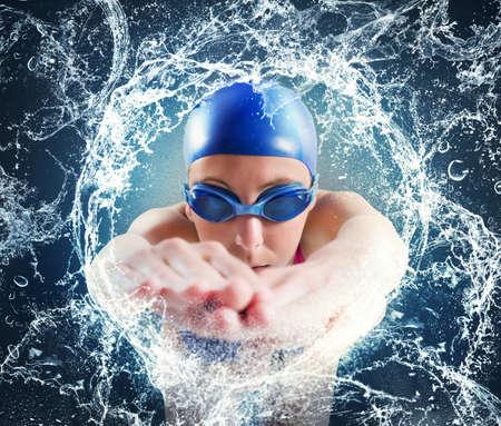 Photo pour Woman swimmer in a important pool race - image libre de droit