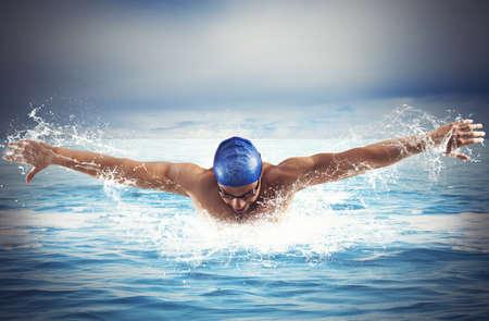 Photo pour Professional man swimmer swims in open sea - image libre de droit