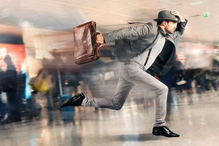 Foto de Late tourist man runs fast in airport - Imagen libre de derechos