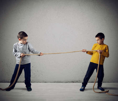Photo pour Rivalry of two brothers with a rope - image libre de droit