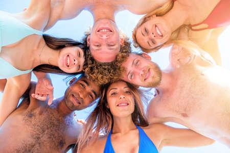 Photo pour Happy smiling together friends at the beach - image libre de droit