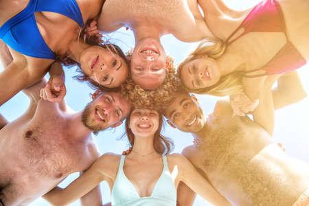 Photo pour Happy smiling friends at the sunny beach - image libre de droit
