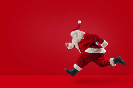 Photo pour Santa Claus runs fast on red - image libre de droit