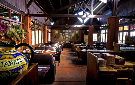 Photo pour Beam of sunshine onto the room of classic restaurant interior,  a stylish restaurant interior, the room is rustic, beautifully decorated, plenty of tasteful details all around the place. - image libre de droit