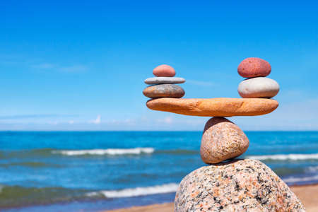 Photo pour Concept of harmony and balance. Balance stones against the sea. Rock zen in the form of scales - image libre de droit