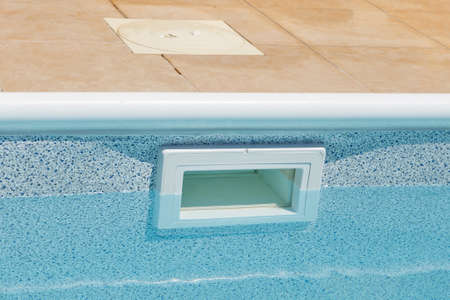 Photo pour Water Leveling Wide mouth Above Ground Skimmer. pool water filtration system - image libre de droit