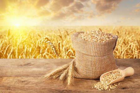 Foto de wheat ears and grains on table - Imagen libre de derechos