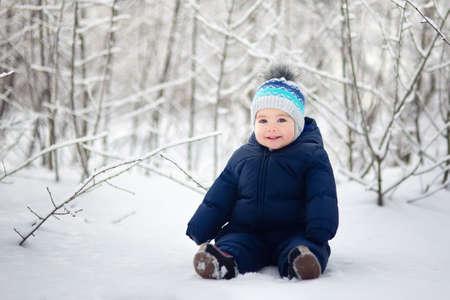 Photo pour baby boy sitting on snow - image libre de droit