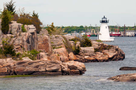 Photo pour Palmer Island lighthouse helps to guide mariners into rocky New Bedford Harbor. - image libre de droit
