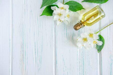 Photo pour Photo of jasmine oil. Jasmine flowers and oil. Photo cosmetology - image libre de droit