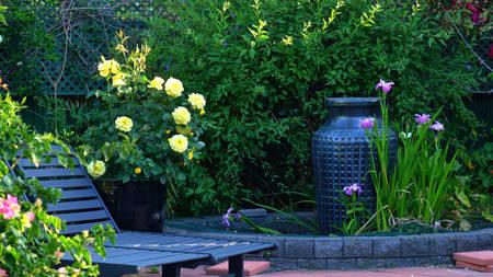 Foto de Beautiful springtime Mediterranean style courtyard garden with outdoor setting. - Imagen libre de derechos