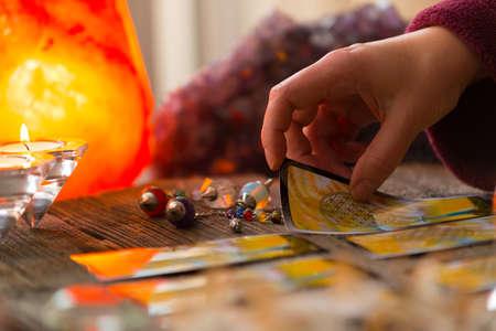 Photo pour Fortune teller holding tarot card - image libre de droit