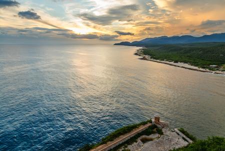 Photo pour San Pedro de La Roca fort walls and Caribbean sea sunset view, Santiago De Cuba, Cuba - image libre de droit