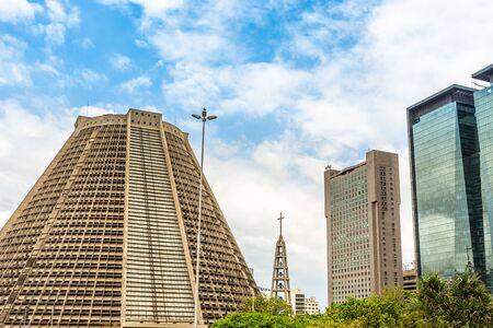 Foto de Contemporary Metropolitan Cathedral of Saint Sebastian and modern skyscrapers buildings, downtown of Rio De Janeiro, Brazil - Imagen libre de derechos