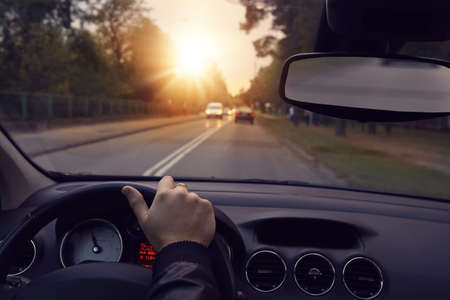 Photo pour Driving a car on the city streets - image libre de droit