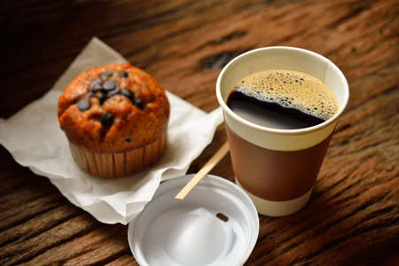 Photo pour Paper cup of coffee and cake on wooden background - image libre de droit