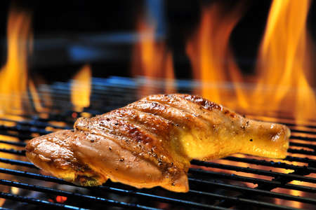 Photo pour Grill bbq roast chicken thigh on the flaming grill - image libre de droit