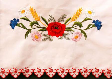Photo pour Ukrainian embroidered towel with poppies and cornflowers - image libre de droit