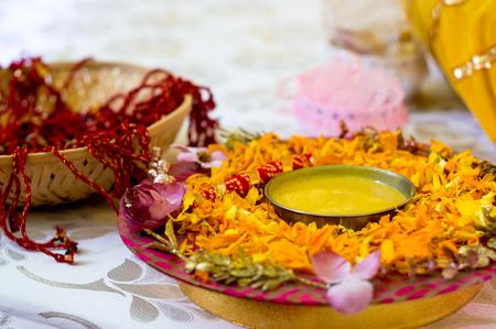 Foto de Traditional Haldi turmeric kept on a flower plate for the hindu marriage ceremony - Imagen libre de derechos