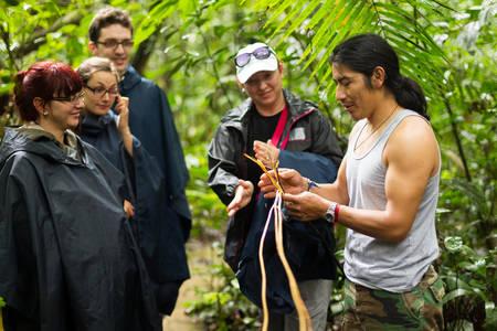 Photo pour Naturalist local guide with group of tourist in Cuyabeno Wildlife Resrve, Ecuador - image libre de droit