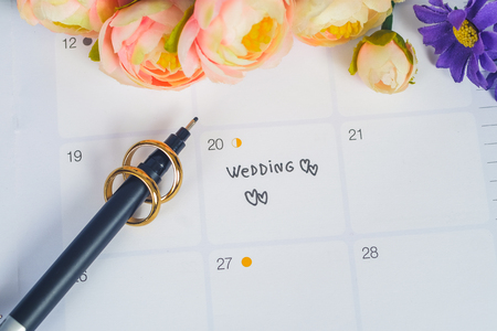 Photo pour Word Wedding to Reminder Wedding day with Wedding ring on calendar planning and office tool. - image libre de droit