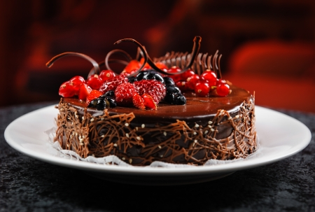 Photo pour Luscious chocolate cake with fresh berries on a plate - image libre de droit