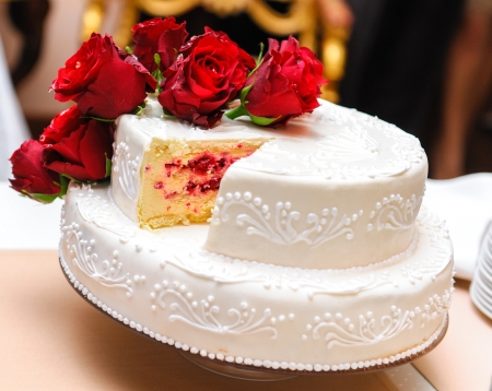 Photo pour Wedding cake decorated with red roses - image libre de droit