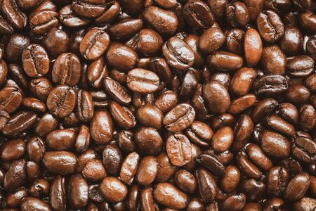 Photo pour Close up of roasted coffee beans texture and background - image libre de droit