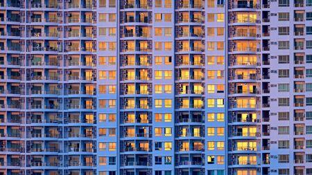 Foto de Closeup of many windows on a tall building - Imagen libre de derechos