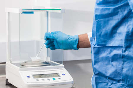 Foto de Scientist using an analytical balance at laboratory - Imagen libre de derechos